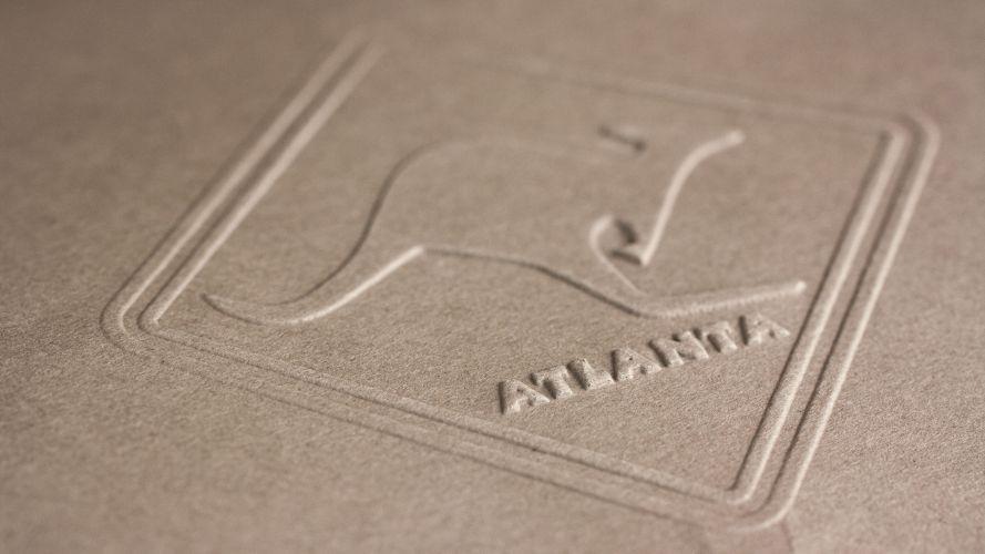 Wytłoczone logo firmy w papierze za pomocą suchej pieczęci