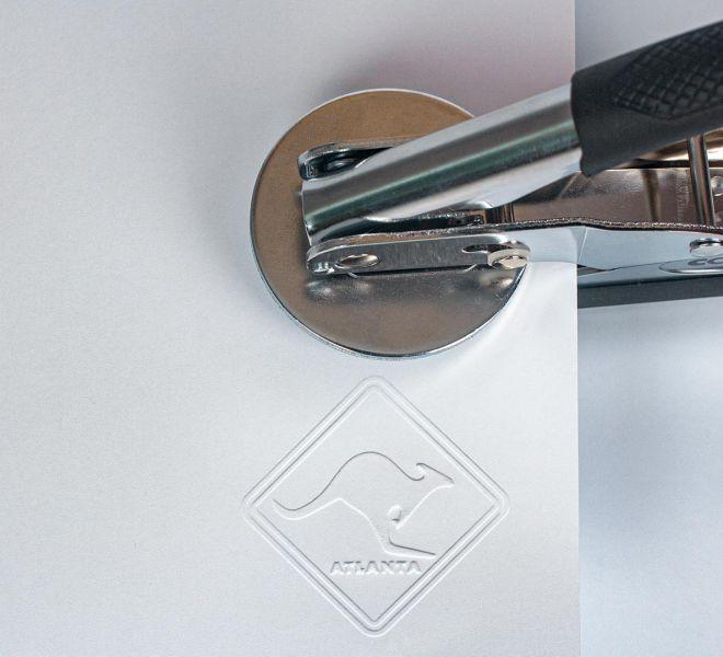wytłoczona sucha pieczęć w papierze wraz ze stęplem